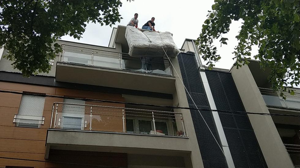 Podizanje nameštaja na gurtne preko terase